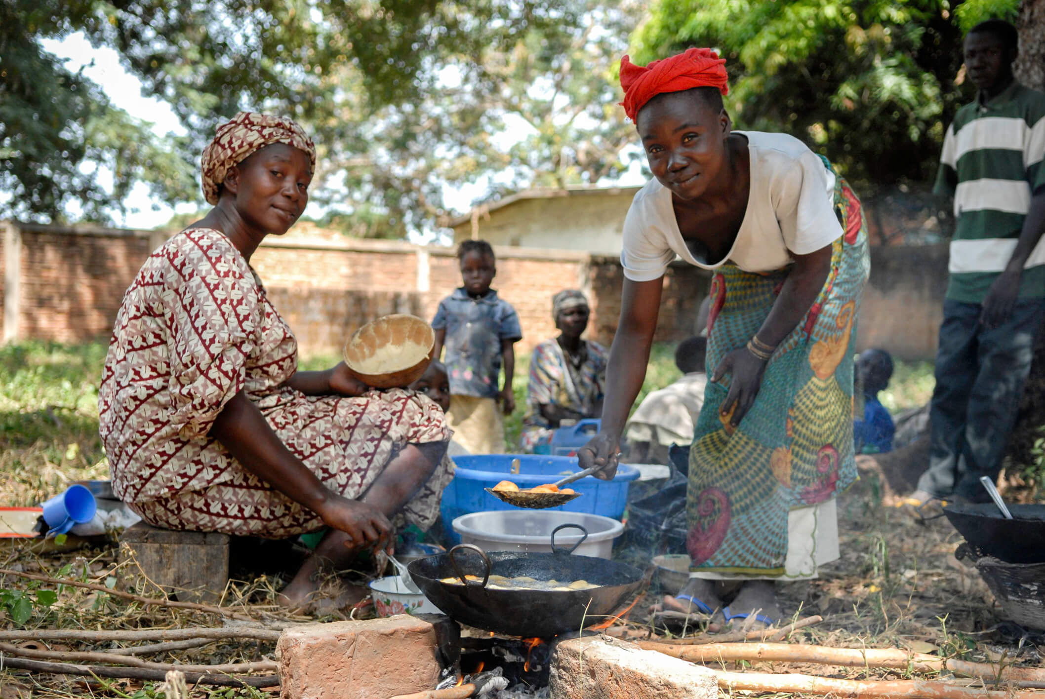 women-cooking-outdoors-chad