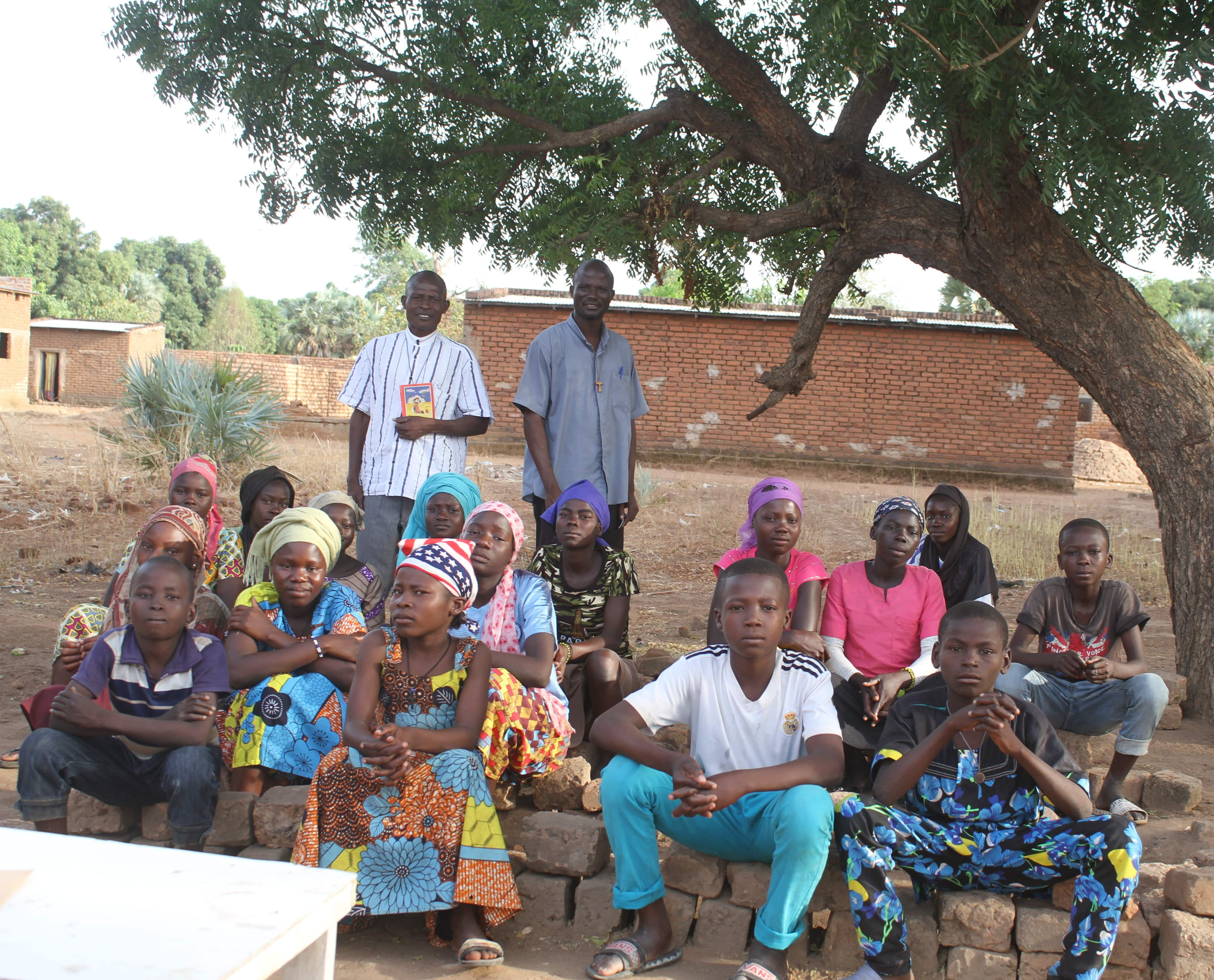 catechists-and-students-under-tree